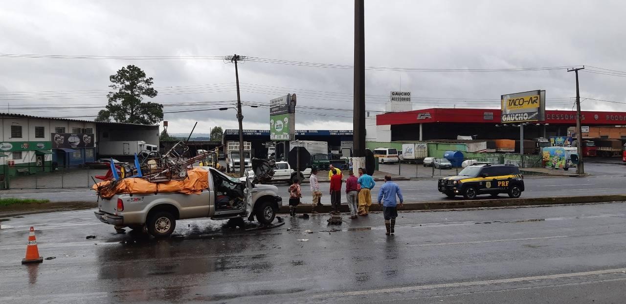 Apesar do estrago, ocupantes da caminhonete escaparam ilesos
