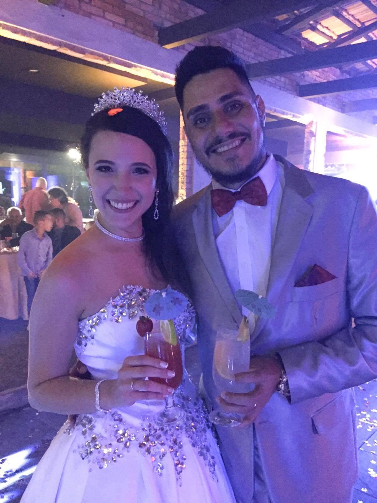 CHUVA DE ARROZ – Ainda em tempo de desejar as felicitações ao casal, Rafael Anacleto Ferreira e Carolina Vianna Gomes Ferreira, que recentemente receberam familiares e amigos para a cerimônia de seu casamento, que foi realizado na Fazenda Pedra Verde.