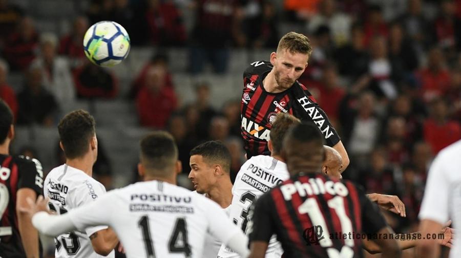 Atlético-PR vence o Corinthians e segue vivo na luta pelo G-6  69ff4000a4e3e