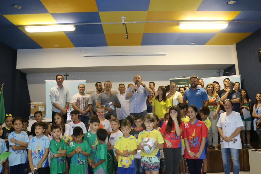 Escolas municipais recebem kits com materiais esportivos  beae127ab5506
